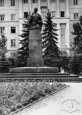 Пам'ятник Ніколаю Кузнєцову у збігу вулиць Інститутської (тепер вул. Свєнціцького), Івана Франка та Паркової