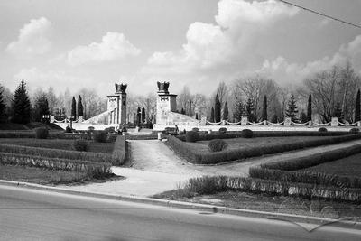 Public garden in front of the main entrance to the Hill of Glory