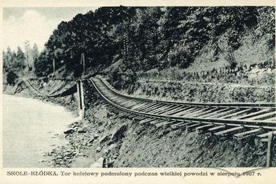 Підмулене залізничне полотно під час великої повені в серпні 1927 р.