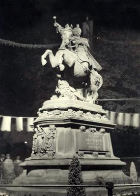 Night view of the monument to Sobieski