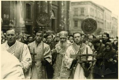 Релігійна процесія біля Преображенської церкви на вул. Краківській