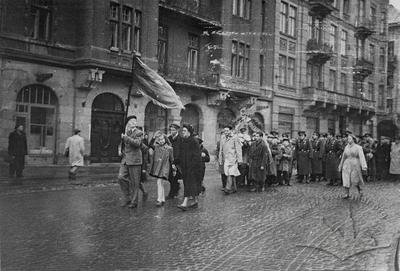Колона СШ №35 на вулиці Ватутіна (тепер вул. Князя Романа)