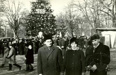 People in front of a New Year's tree on the former Lenin avenue (Svoboda avenue)