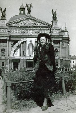Woman in front of the Opera house
