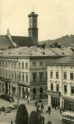 Building on Mitskevycha square 9, 10