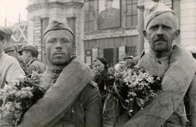 Soldiers who return from front near the main train station