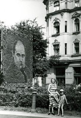 People in front of the flower portrait to Shevchenko on Shevchenko avenue