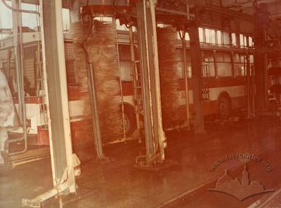 Миття кузова тролейбуса миєчною машиною в депо на вул. Тролейбусній