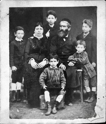 Moisei Hersh Erdgaim, Esther Erdgaim and their five sons: Zishe, Ozia, Yakob, Abe and Pinkus
