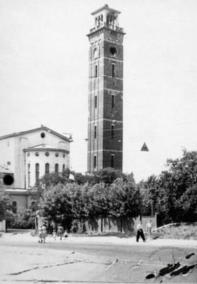 Східний бік костелу Матері Божої Остробрамської та 60-метрова дзвіниця