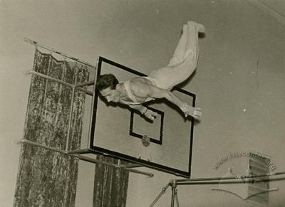 Гімнаст на тренуванні в спортзалі Львівського політехнічного інституту