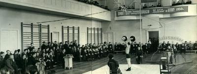 """Спортивний зал Добровільного спортивного товариства """"Локомотив"""" на вулиці Федьковича, 30 у 1950 році"""