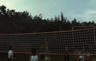 """Гра у волейбол на майданчику спортивно-оздоровчого табору """"Політехнік"""""""