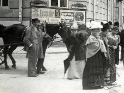 People at the corner of Kostiushka and Mitskevycha streets