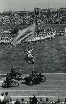 Моторизована гімнастична композиція у виконанні львівських спортсменів на відкритті спортивного свята на стадіоні СКА