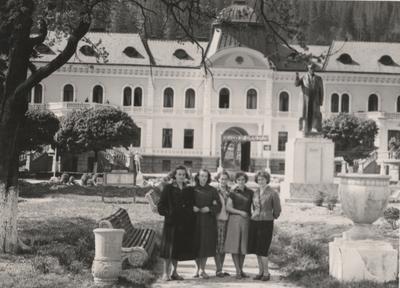 Біля колишнього палацу баронів Грoедель, Сколе
