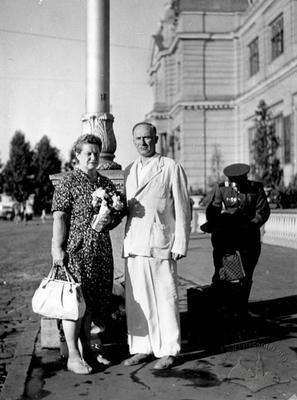 Подружня пара біля львівського вокзалу