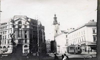 Трамвай на площі Міцкевича