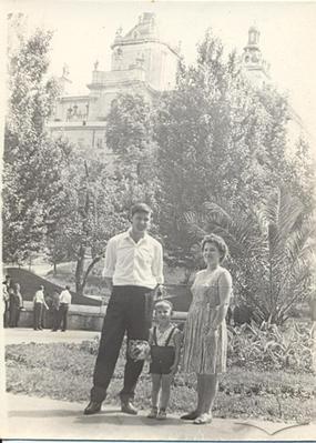 Родина на прогулянці в сквері на пл. Св. Юра