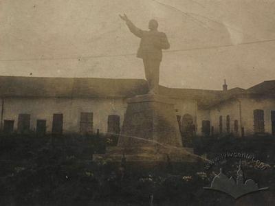 Перший пам'ятник В. Леніну у Підгайцях