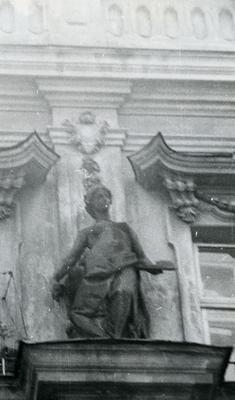 Алегорична скульптура на вул. Дорошенка, 19