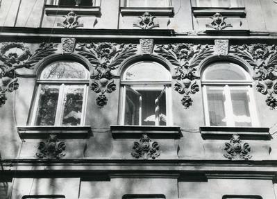 Fragment of the buiding façade at 4 Kobylianskoi St.