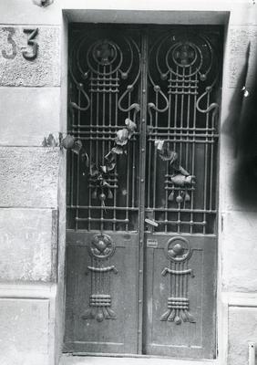 Main entrance of the building at 33 Snopkivska St.