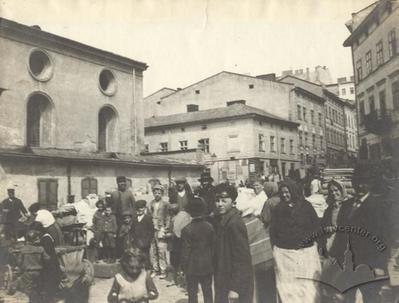 Люди біля Великої передміської синагоги