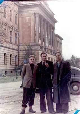 Портрет поруч із Львівською Політехнікою