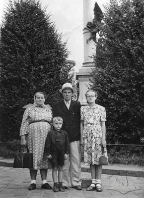 Сім'я біля пам'ятника Міцкевичу