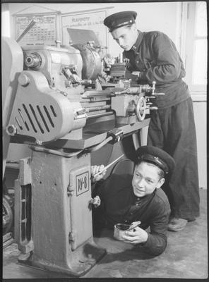 Ремісниче училище №8 заводу Ілліча. Учні готують верстат до здачі