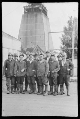 Члени бригади шахтобудівельників ШБУ № 12, яким керував Галей Микола Якович, перед спуском до шахти