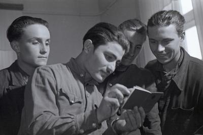 Члени бригади комуністичної праці та вручення комсомольських квитків на Маріупольському заводі важкого машинобудування