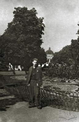 Молодий чоловік біля клумби на пр. Свободи